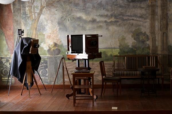 Photoatelier um 1900 mit verschiedenen Apparaten Quelle: Ziko van Dijk, CC BY-SA 3.0