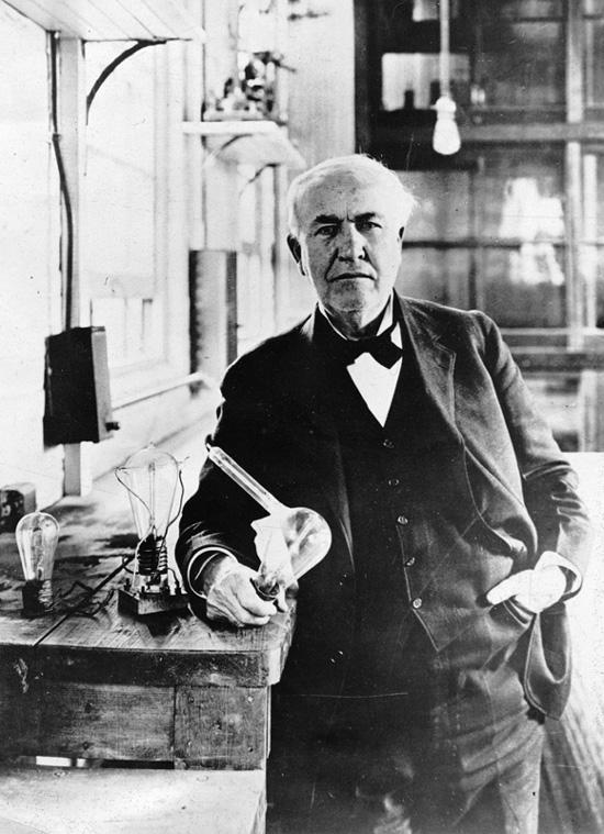 Thomas Alva Edison, mit einer Glühlampe in der Hand