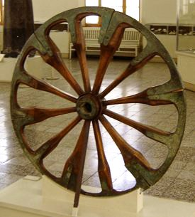 Ein Speichenrad aus dem 2. Jahrtausend vor Chr. aus Tschoga Zanbil Iran (Quelle: Zereshk CC BY-SA 3.0)